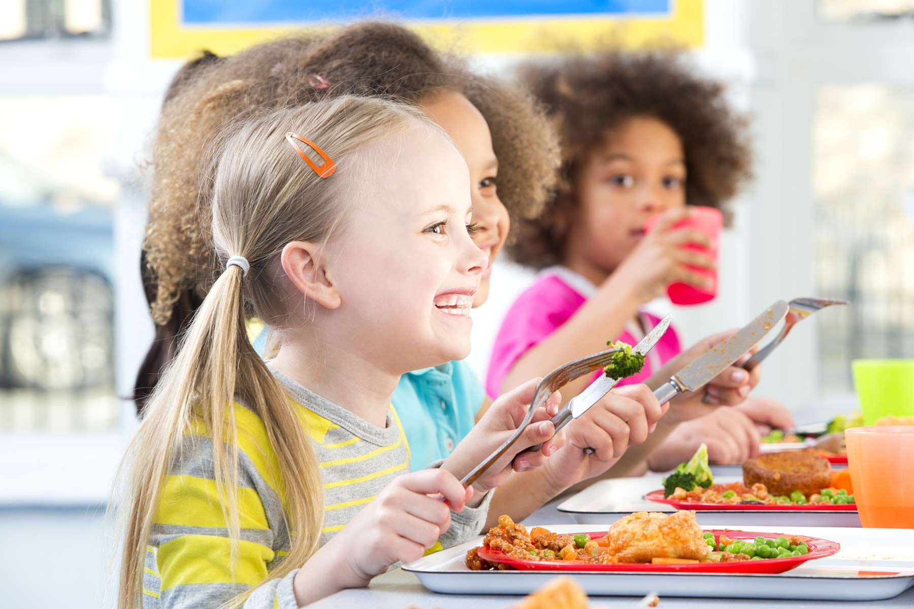 Kinder beim Essen in der Schule mit Gröbl Catering